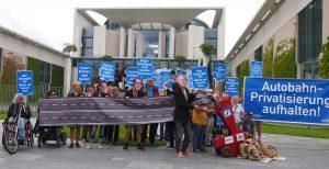 Bild: Protestaktion vor dem Kanzlerinnenamt. Quelle: GiB / Campact
